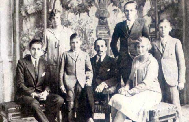 alfonso-xiii-junto-a-su-esposa-y-sus-hijos